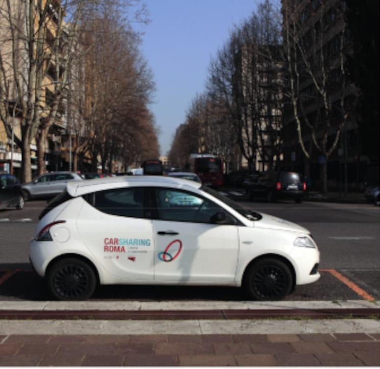 Un'auto del Car Sharing Roma