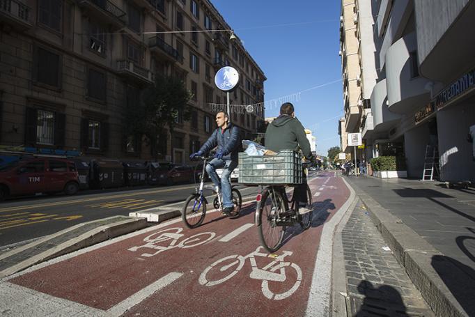 romani in bicicletta su una pista ciclabile