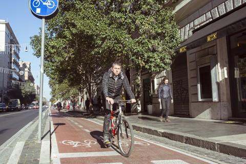 Uomo in bici su una pista ciclabile a Roma